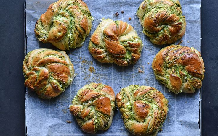 Twisted buns with pesto and white cheese