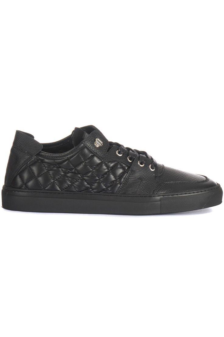 Halfhoge zwarte sneaker van Massimo Villa. In de zwarte schoen is gebruik gemaakt van verschillende soorten leer. De zijkant is van een zeer soepel doorgestikt leer. De zwarte zool is van rubber. Op de suède lip staat het logo van Massimo Villa. Ook de binnenkant is gevoerd met soepel leer.