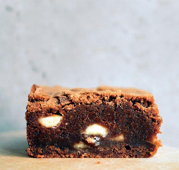 Brownie med stykker af hvid chokolade. Opskrift af Anne au Chocolat - få den her!