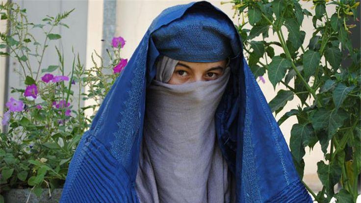 Mariam:  Mariam die samen met haar moeder Nana in een kolba woonde leefde een rustig leventje aan de rand van het dorp Herat wanneer haar wereld overhoop werd gegooid. Op haar zestiende verjaardag pleegde haar moeder zelfmoord en moest ze met een oude schoenmaker trouwen. Later, nadat Laila ook Rasheed's vrouw was geworden, doodde ze Rasheed tijdens een van hun vele ruzies. Daardoor gaf ze Laila kans op een beter leven, dat Mariam zelf nooit had kunnen krijgen.