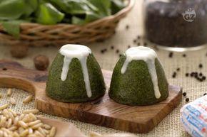 Il flan di spinaci e taleggio è un morbido tortino salato a base di spinaci insaporito con una gustosa salsa al taleggio.