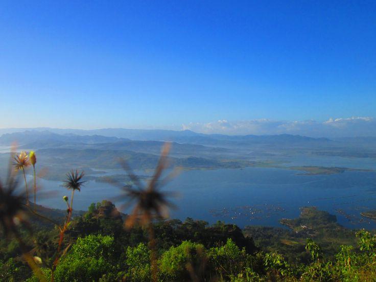 Langit yang biru dan waduk yang biru, menjadikan Wonogiri semakin indah :)