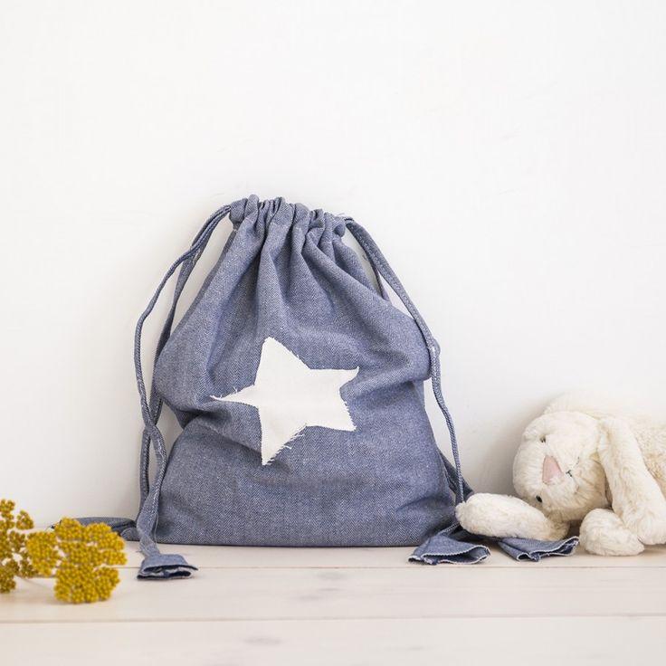 ESTRELLA BOLSA. Bolsa de tela color azul marino con motivo de estrella blanca. ¡Ideal para llenar de cosas de los peques de la casa! #kids #portatodo #tela #estrella #bolsa