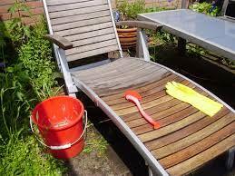 Houten tuinmeubels schoonmaken: soms worden houten tuinmeubels aangetast door een groene aanslag. De aanslag is makkelijk te verwijderen met het volgende mengsel: neem een kopje ammoniak, een half kopje azijn, ¼ kopje baking soda en 4,5 liter water. Hiermee zullen uw tuinmeubels makkelijk schoon te maken zijn...