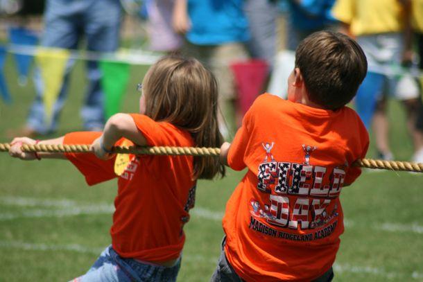 Giochi per bambini: Tiro alla fune http://www.piccolini.it/tips/739/giochi-per-bambini-tiro-alla-fune/