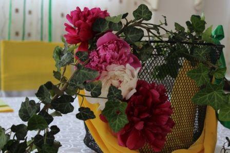 Aranjament floral bujori si hedera