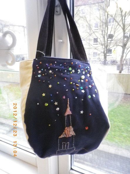 星空の下に光る教会を描いたバッグです。星はビーズを使いました。光る教会の刺繍は、星の光りを帯びたイメージでピンクで描きました。小人の帽子を逆さにしたような形の...|ハンドメイド、手作り、手仕事品の通販・販売・購入ならCreema。