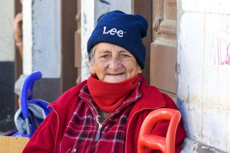 https://flic.kr/p/UmPtg9 | Valparaíso107 | Dama tercera edad, vende sus productos en Feria Popular dominguera, calle Independencia, Valparaíso, Chile. D5300.