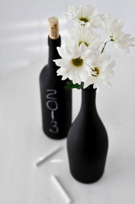 Sólo necesitamos las botellas y un poco de pintura para hacer nuestros centros de mesa con pizarra, colores pastel o flores frescas. ¿Cómo os gustan más?