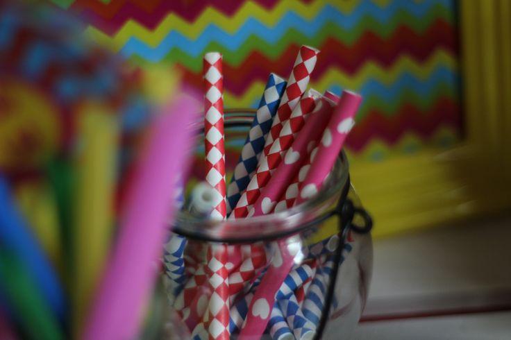 Słomki papierowe, szklany słoik, dekoracje urodzinowe / Paper straws, glass jar, party decorations, @TigerPolska