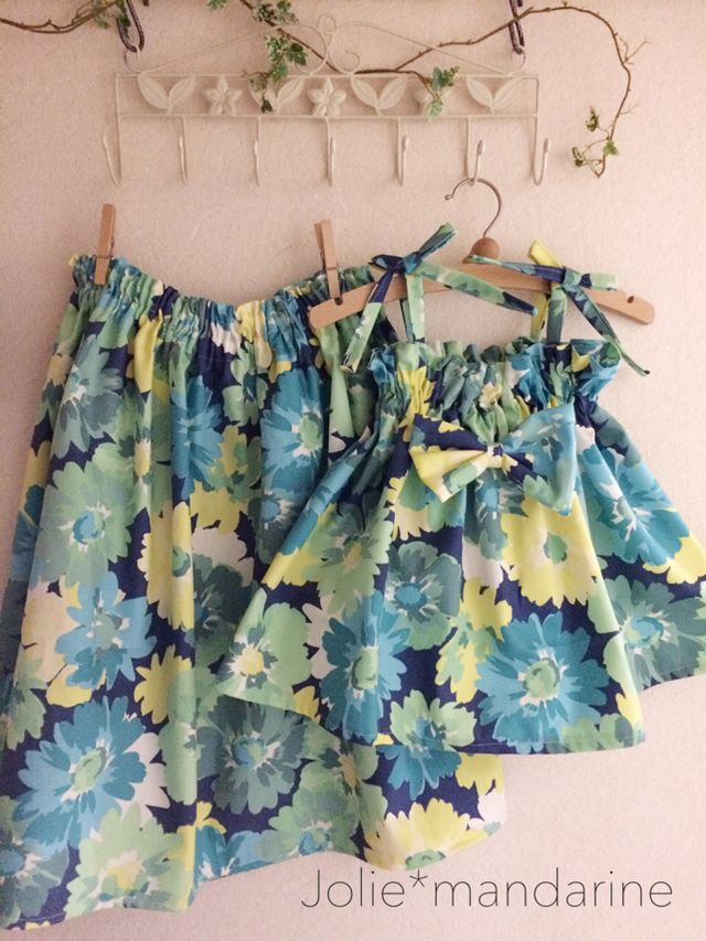 親子でお揃いのママ用ウエストギャザースカートとお子様用4wayリボンキャミソールワンピース&スカートをお作りしました。おしゃれなネイビーベースにグリーンやイエローのフラワープリントが素敵なセットです。ママとお子様、親子でお揃いコーデ出来ます。これからの季...