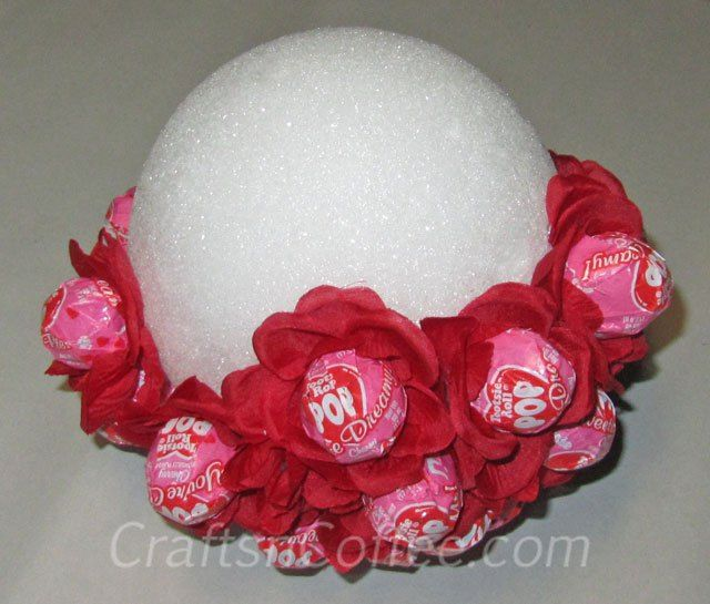 Easy, Lollipop Bouquet for Valentine's Day. Tutorial on CraftsnCoffee.com.