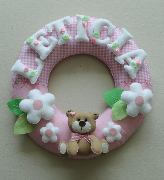 Guirlanda Ursinha.  Pode ser usada na porta da maternidade ou no quarto do bebê.  Confeccionada com tecido 100% algodão e feltro.  O produto é todo costurado a mão. R$ 120,00