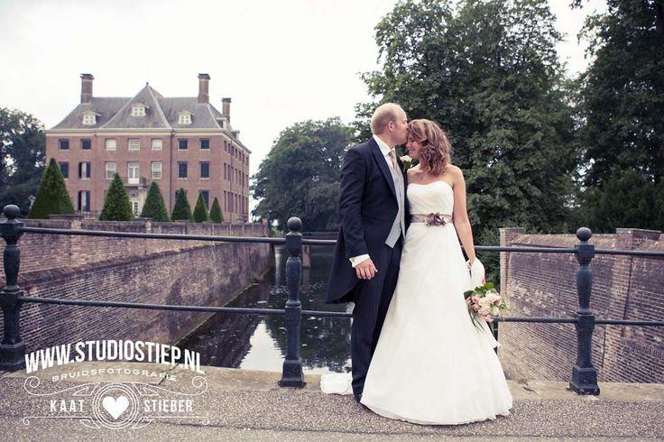 #bruidsfoto #bruidsfotografie #amerongen #kasteel-amerongen #trouwjurk #photo-idea #trouwauto #trouwfoto #fotograaf-hellevoetsluis  Trouwen in een kasteel ? Voor velen klinkt dit als een droomhuwelijk, voor Sascha & James een onvergetelijke bruiloft door werkelijk te trouwen op kasteel Amerongen. Een prachtig en stijlvol landgoed met schitterende tuinen, ieder hoekje was fotogeniek voor de bruidsreportage. Het spreekwoord…