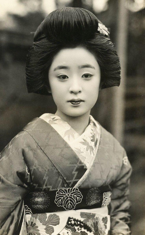 Beautiful geisha Tomeko.  Photo taken during the 1930's, Japan.  Image via Blue Ruin 1 of Flickr.