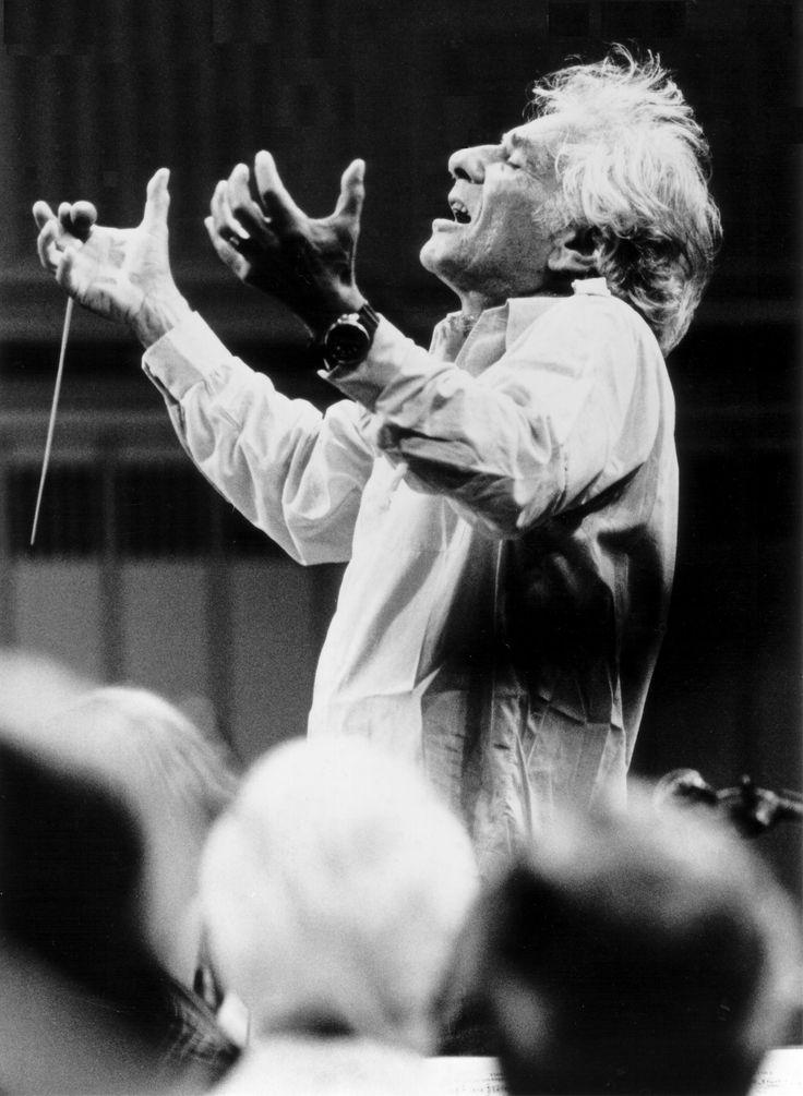 Leonard Bernstein (1918-1990), compositor, pianista y director de orquesta, estadounidense.