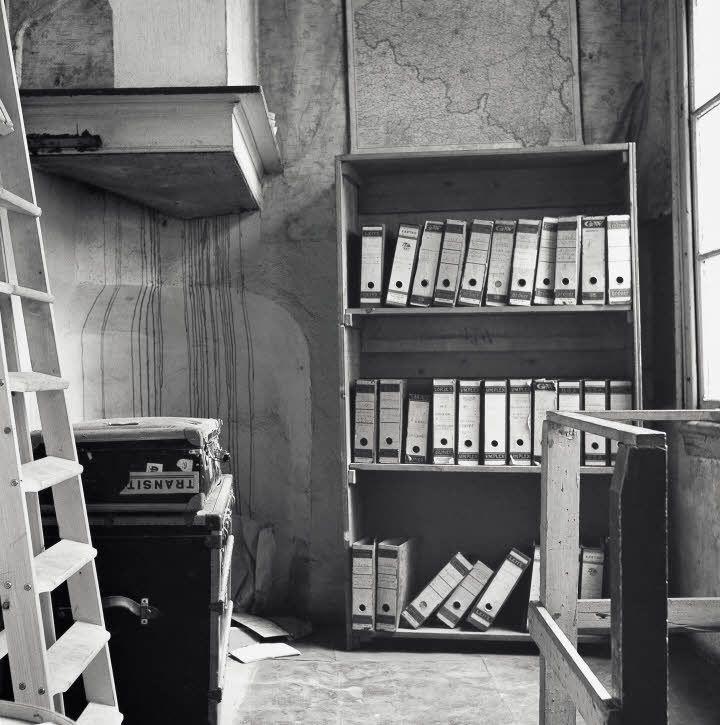 隠れ家の入り口に本棚をおいて隠しました。
