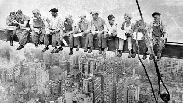 Una imagen histórica reúne a un grupo de obreros sin vértigo en la construcción del Rockefeller Center