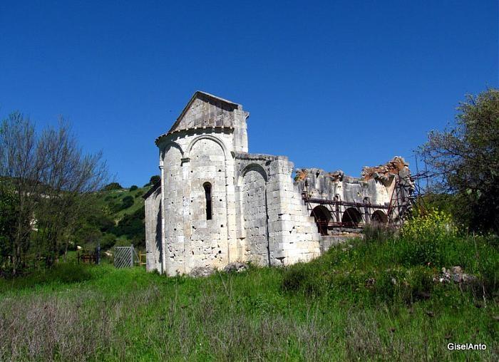 Chiesa romanica di San Nicola di Silanos o Silanis (ruderi).  Si trova nel territorio comunale di Sedini (SS).  Edificata prima del 1112 per volontà di Furatu de Gitil e della moglie Susanna de Lacon-Gunale, esponenti della cerchia dei Giudici di Torres, venne affidata ai monaci di Montecassino.