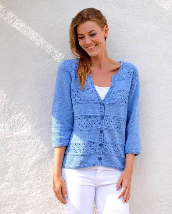 En kofta är alltid rätt! Sticka en söt hålmönstrad modell i storlekar upp till XXL som passar lika fint till jeans som till kjol. Den blir garanterat ett oumbärligt plagg i sommargarderoben!