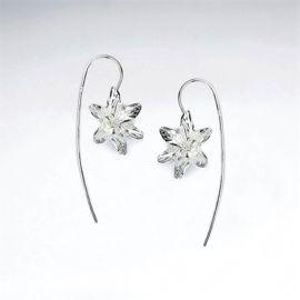 Zilveren oorhangers met mooie gedetailleerde lelie bloemen. Artikelafbeelding is vergroot voor weergave van details, raadpleeg afmetingen voor werkelijke grootte.