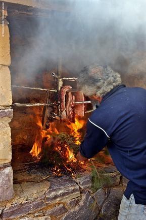 Ο Περικλής Μελιγκάκος καπνίζει το χοιρινό στο Καρυοβούνι για να φτιάξει το περίφημο μανιάτικο παστό ή σύγκλινο