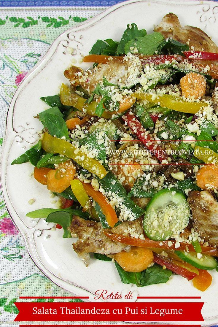 Salata thailandeza cu pui si legume este o salata consistenta, racoroasa, aromata si foarte aspectuoasa, cu dressing dulce-acrisor.