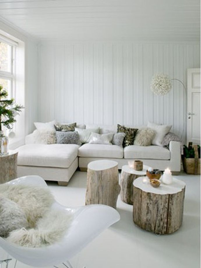 White living room, wood stumps  Je surkiffe les tables gigogne en rondin de bois