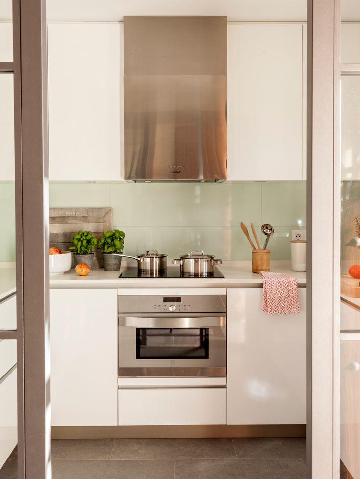Pequeña cocina blanca con baldosas a las paredes de color verde claro
