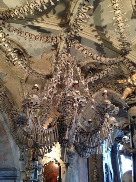 El osario de Sedlec (kostnice Sedlec, en checo) es una pequeña capilla cristiana situada bajo la iglesia del Cementerio de Todos los Santos. Allí encontraréis nada menos que 40.000 esqueletos humanos situados artísticamente para formar la decoración y el mobiliario de la capilla.( Praga)