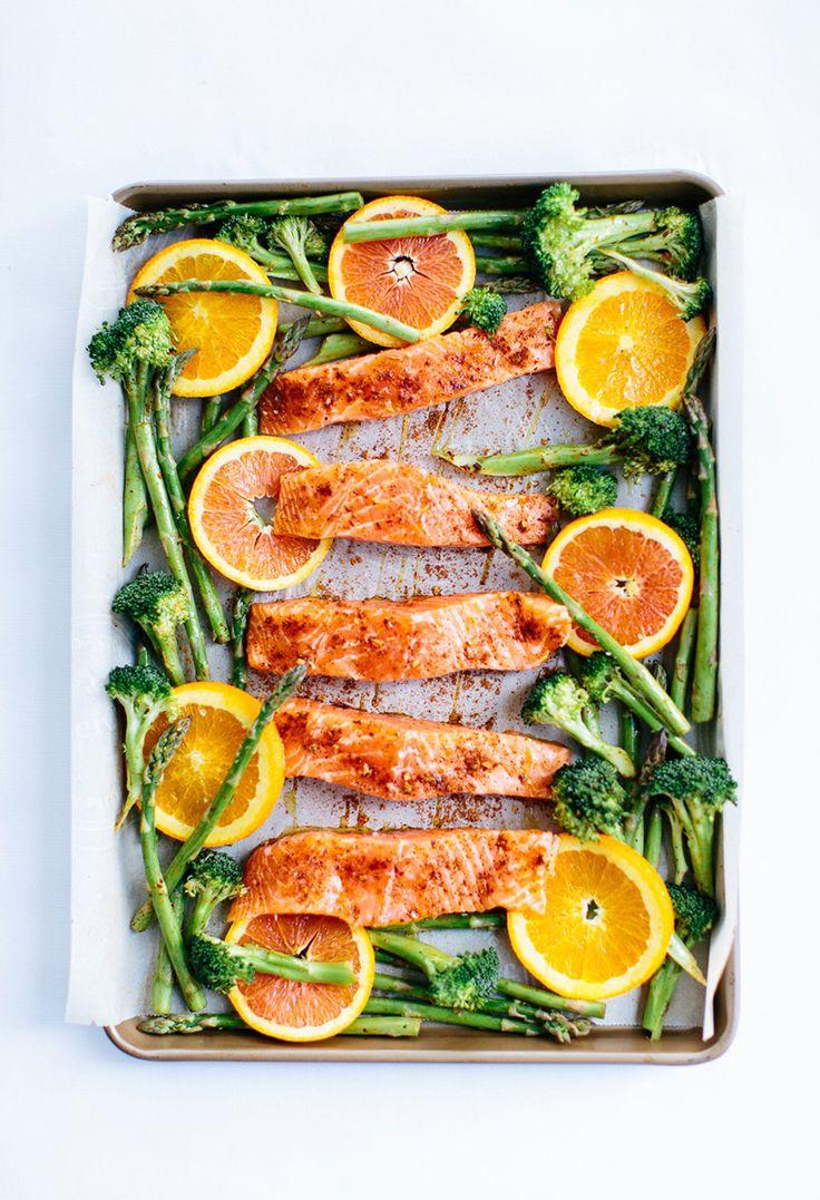 Salmón con pimentón, naranja y vegetales al horno