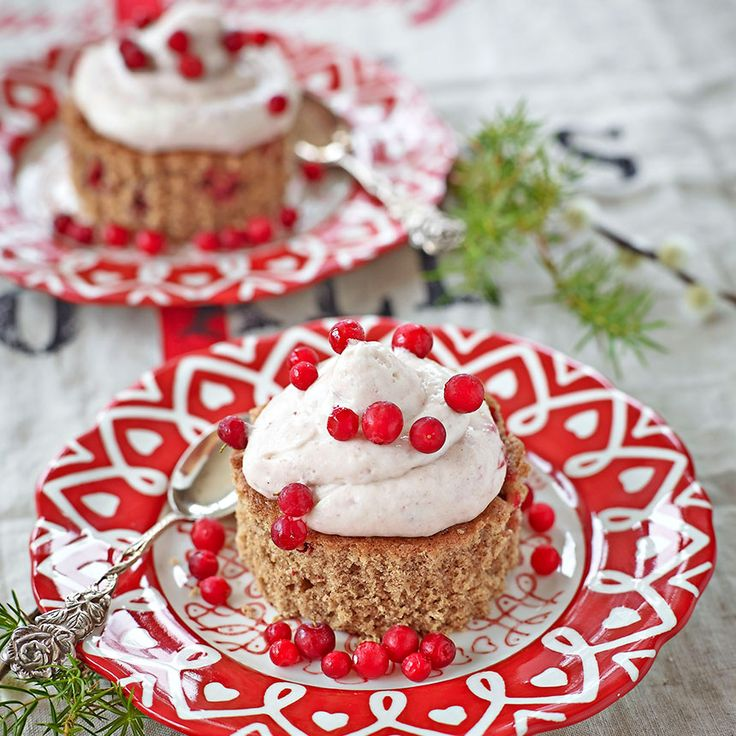 En mousse med lingon ger extra julsmak till pepparkaksbakelsen.