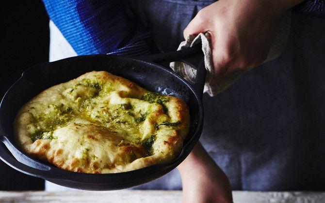 Pannussa paistettu valkosipulileipä käy alkupalaksi sellaisenaan tai kaveriksi keitolle ja salaatille.