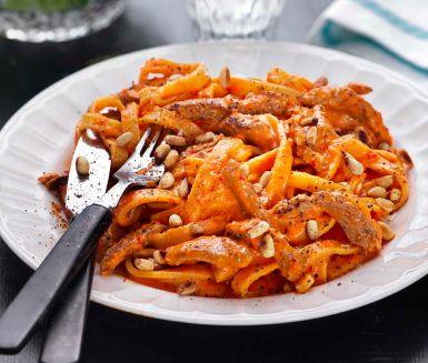 Detta recept på pasta med paprikasås, fläskfilé och rostade pinjenötter kommer sannolikt bli familjens nya favorit. Blanda bara pastan och den gräddiga paprikasåsen, innehållande en dutt kajennpeppar, med strimlad, stekt fläskfilé och servera.