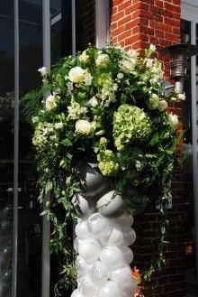 Ballonpilaren met groot bloemstuk wit