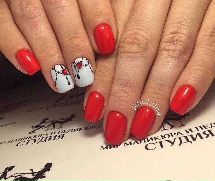 Маникюр красный с дизайном двух ногтей