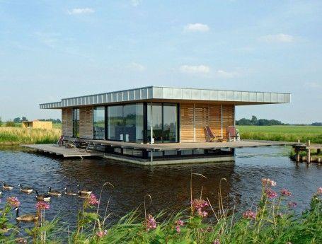 Met een elektrische sloep vaar je naar je luxe watervilla. Een bijzondere start van je vakantie!
