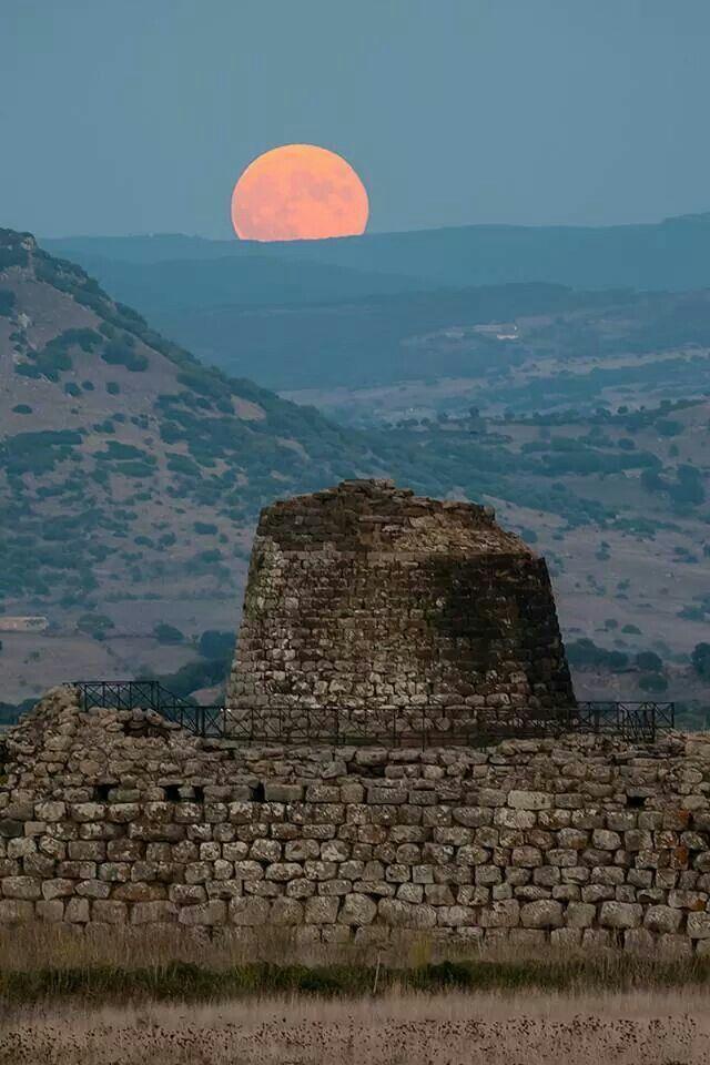 Luna spettacolare sul nuraghe in Sardegna