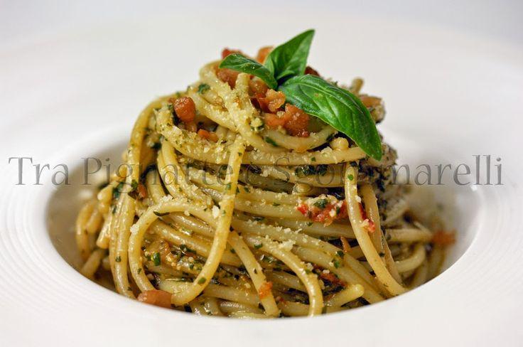 Spaghetti con pesto in rosso e briciole di guanciale croccante