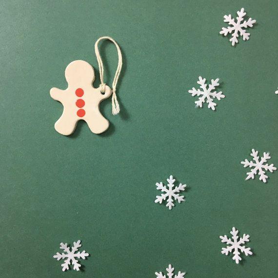 L Omino di Zenzero con decorazioni rosse, non può mancare sul tuo albero o sul tuo tavolo come segnaposto per il cenone di Natale. Questo è bianco con tre pois rossi.  Misure 7x6 Cm pesa circa 20 gr Per personalizzazioni o per quantità maggiori a 10 scrivimi a info [!at] nigutindor.com Cerca le altre decorazioni da abbinare!!  Le decorazioni sono realizzate in argilla bianca, cotte a 980 gradi in forno per ceramica, e dipinte con engobbio, incise e/o ricoperte a filigrana. Tutti i soggetti…