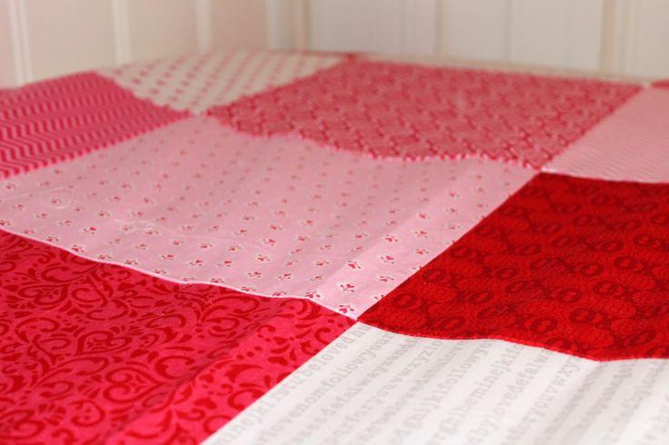 To-do bed cover / Päiväpeitto. For me shades of blue and turquoise with white, lace welt. Sinisen ja turkoosin sävyisiä jämätilkkuja ompelukoneella yhteen. Pitsinauhareunus.