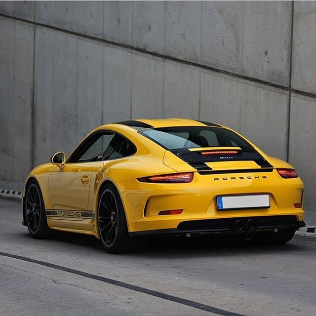 911R. Photo by @youngsupercar