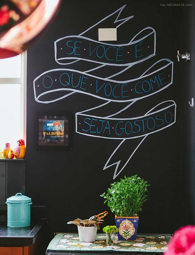 Reunimos várias inspirações de ambientes com parede preta para você ter vontade de pôr a mão na massa e pintar todas as paredes da sua casa!