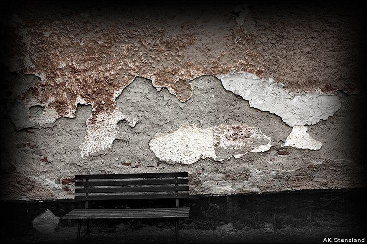 Foto: AK Stensland,  Benk og gammel murvegg. Bilde tatt i konsentrasjonsleiren Teresienstadt i Tsjekkia.