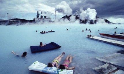 La energía geotérmica es un tipo de energía renovable que aprovecha el calor del subsuelo. Suecia fue el primer país europeo en utilizarla, como consecuencia de la crisis del petróleo de 1979. Blue Lagoon (en la imagen) es una de las atracciones más populares de Islandia, mientras que la planta geotérmica sigue trabajando a escasos metros de las piscinas de agua caliente y las salas de masaje #energiageotermica