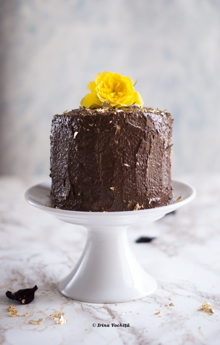 Prăjitură vegană fără gluten cu glazură de ciocolată