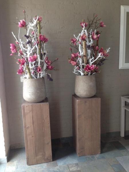 Bloemen decoratie met witte decoratietakken . www.decoratiestyling.nl