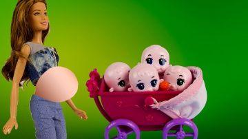 Беременная Кукла Барби  родила четверых малышей игрушки и игры для девочек на русском http://video-kid.com/9407-beremennaja-kukla-barbi-rodila-chetveryh-malyshei-igrushki-i-igry-dlja-devochek-na-russkom.html  Мама Алисы беременна и девочка сильно переживает по этому поводу.Но все проходит очень хорошо.И барби рожает четверых малышей.А Лиза и Алиса устраивают детский сад.Еще видео про Барби: мультик с какающей собакой малефисента няня для детей БарбиНа моем канале вы найдете видео про Машу и…