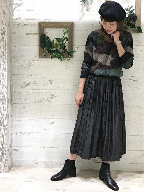 どこか新鮮さのあるカモフラージュ柄ニットは   プリーツスカートでグッと女性らしく。