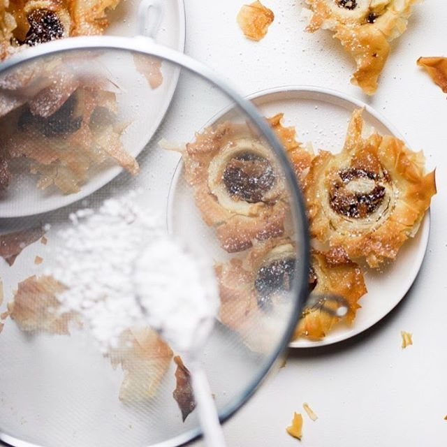 Christmas without mince pies wouldn't really be Christmas would it? I made these mince pies with a twist and the recipe has just gone up, madiwilliams.com 🍴(there's no mince pie emoji??) . . . #mincepies #mincepieseason #christmas #recipe #baking #christmasbaking #jamieoliverrecipe #photography #foodphotography #blogger #lifestyleblogger